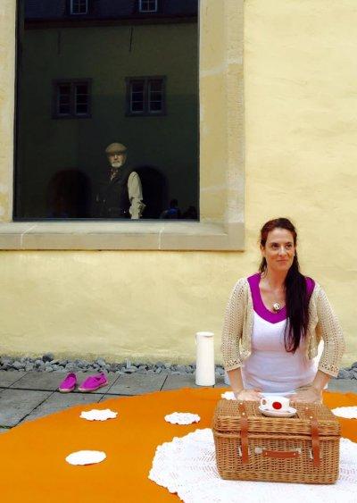 Luisa Bevilacqua - Ronderëm eng Téitaass (Autour d'une tasse de thé)